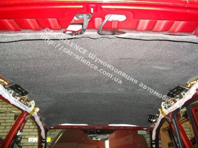 Слой шумопоглощающего материала Шумофф Герметон 7 при шумоизоляции крыши KIA Ceed