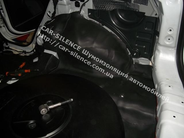 Шумоизоляция Kia Sportage- слой шумоизоляционного материала при обработке багажного отделения.